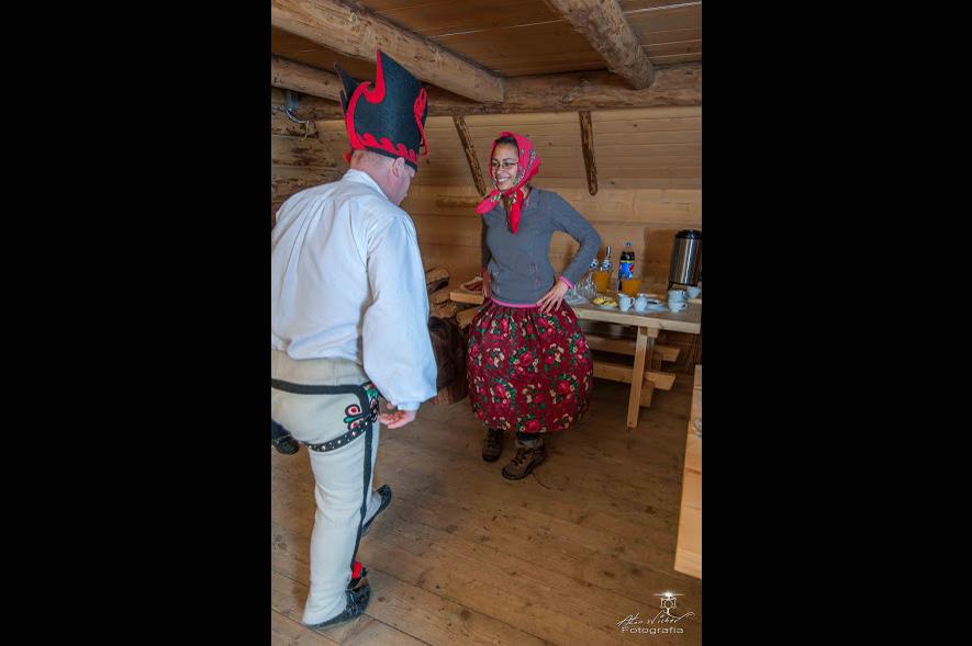 Góralskie tańce na imprezie integracyjnej w Zakopanem
